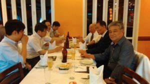 日本から来た県庁幹部に、現地事情を説明する県人会幹部