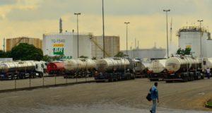 爆発事故が起きる前のレプラン製油所に乗りつけたタンクローリー(Rovena Rosa/Agência Brasil)