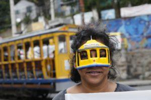 路面電車のお面をつける人(Fernando Frazao / Agencia Brasil)