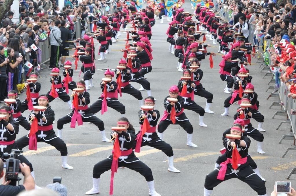500人の一糸乱れぬ沖縄太鼓の演奏に沸いた(撮影・望月二郎)