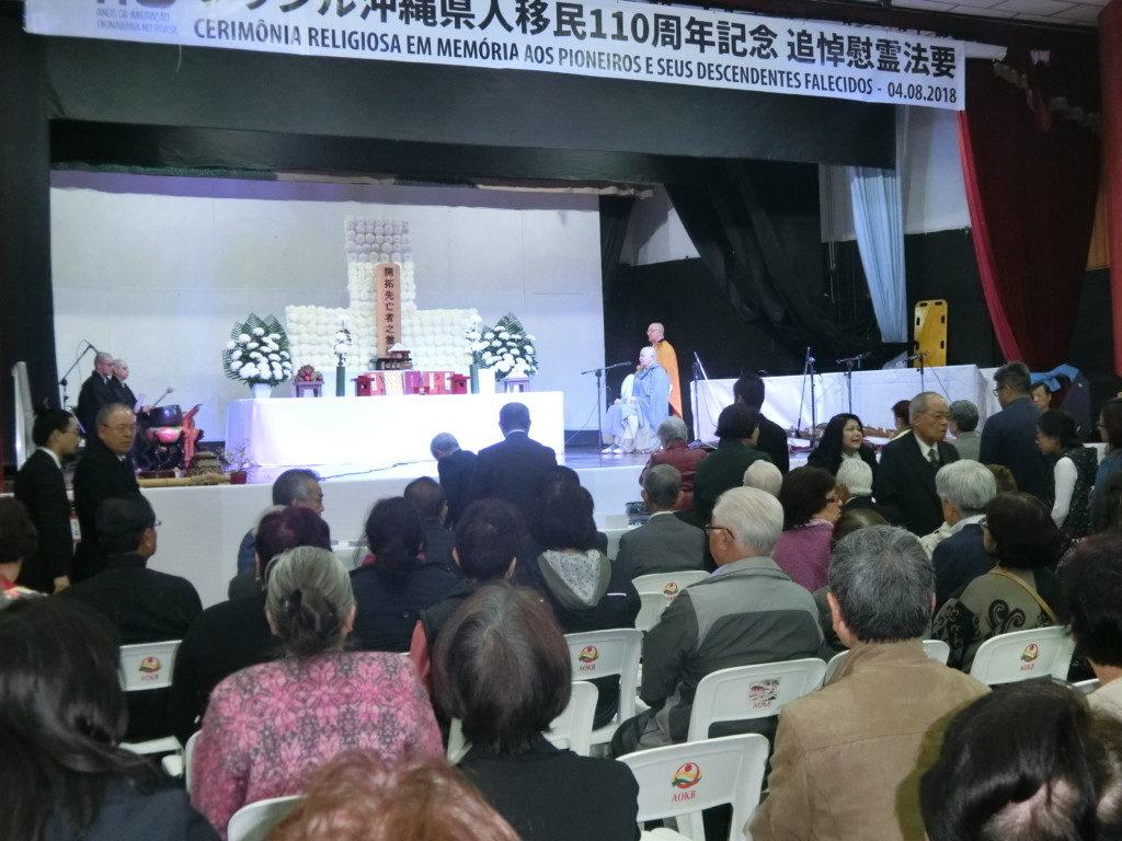4日午前、ブラジル沖縄県人会で開拓先没者追悼慰霊法要が行われた。献楽、献花、献茶の儀の後、禅宗の孤円師の唱導で焼香がおこなわれ、500人以上が参列した。