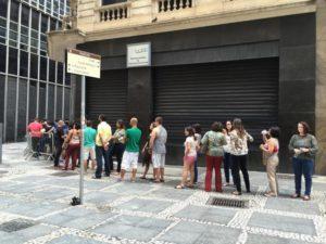 銀行の列に並ぶ人々(参考画像・Paulo Pinto / Fotos Publicas)