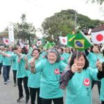 沖縄県人会各支部は、支部の名前を連呼しながら入場した