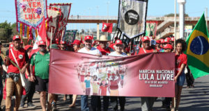ルーラ氏の出馬許可を求めて抗議行動をする人たちFoto Lula Marques