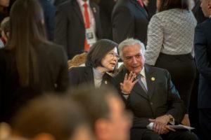 台湾の蔡英文(さいえいぶん)総統と話をするテメル大統領(Foto Taiwan Presidential Office)
