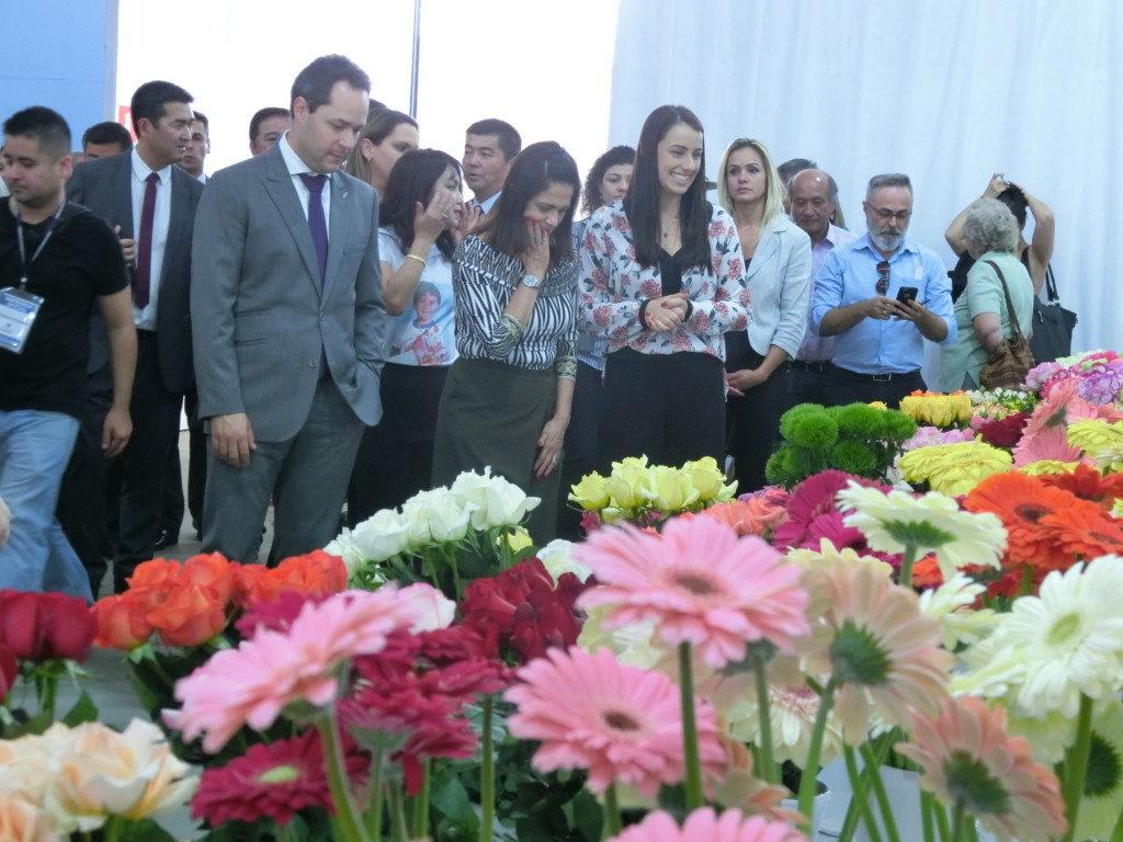 綺麗な花飾りで賑わった会場