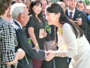 眞子さまと握手する安永忠邦さん