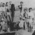 戦後、日本に帰国する人の送別会の様子。釣り上げた巨大魚で門出を祝った。魚の後ろに立つ面長の男性とその家族が帰国した