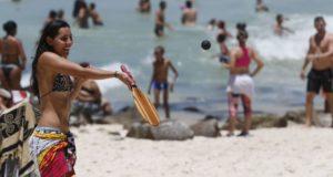 ビーチでフレスコボールに興じる人(参考画像・Agencia Brasil)