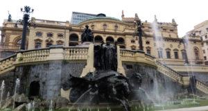 1918年にイタリア系コロニアが寄贈した「栄光―希望の泉」のモニュメント