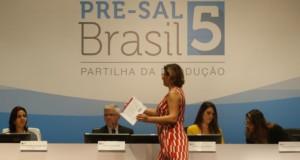28日にリオ市で行われた岩塩層下の油田の開札の様子(Tânia Rego/Agencia Brasil)