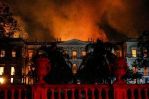 燃え盛る炎に包まれるリオの国立博物館(Tania Rego / Agencia Brasil)
