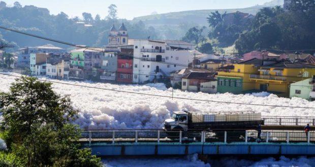 チエテ川下流のピラポラ・ド・ボン・ジェズスでは、川面の泡が橋を覆い、街中に流れ込んだ事もある(Rafael Pacheco、22/06/2015)