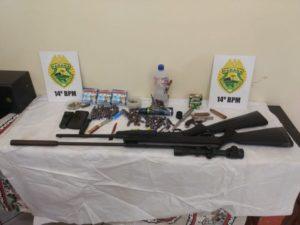 生徒の自宅から押収された別の銃や弾薬など(PM/Divulgação)