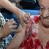 インフルエンザの予防接種を受ける高齢者(参考映像、Venilton Küchler)