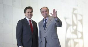 ブラジルのアロイジオ・ヌネス外相(右)とパラグアイのカスティグリオーニ外相(ブラジリアの外務省前で、José Cruz/Agência Brasil)