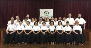参加者全員で記念撮影(前列中央が橋本会長、その右後ろが森田会長)