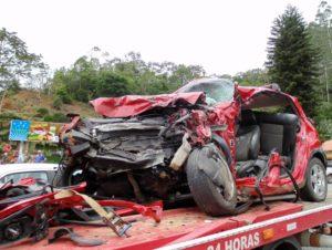 バスとの事故で大破した乗用車(参考画像、Jefferson Santos/Notícias Vale do Itajaí)
