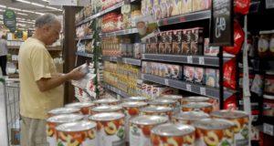 スーパーで食料品を選ぶ人(参考画像・Agencia Brasil)