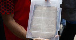 火災で焼け、飛ばされたが返却された蔵書のページ(Tânia Rêgo/Agência Brasil)