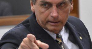 ボウソナロ氏が講演会でルーラ氏の人形を蹴ったことを報じる6日付フォーリャ紙