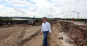 疑惑の一つである州道の複車線化現場を訪れたベト氏(2015年3月、Orlando Kissner/ANPr)