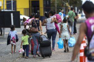 ロライマ州から他州へ移送されるベネズエラ人達(Marcelo Camargo/Agência Brasil)