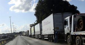 延々と続くトラックの列(Valter Campanato/Agência Brasil)
