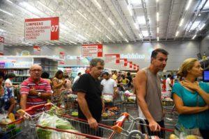 スーパーで買い物の列に並ぶ人々(参考画像・Tania Rego/Agencia Brasil)