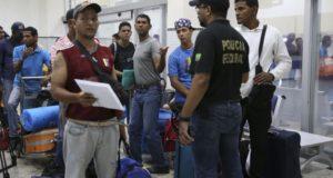 空軍機に乗り込む直前のベネズエラ人達(Antônio Cruz/Agência Brasil)
