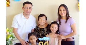家族と共に誕生日祝う小野あやさん