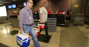 摘出された臓器を移送するために小型機に運ぶ人々(Arnaldo Alves/ANPr)