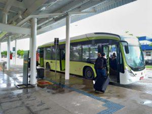 CPTM駅に横付けされた空港行きシャトルバス