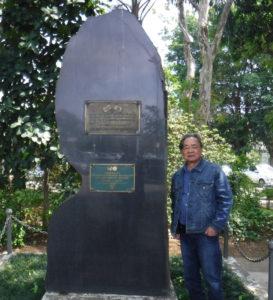 記念碑と井上さん