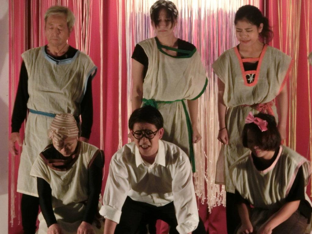 舞台で蘇った移民の父・上塚周平(前列中央)