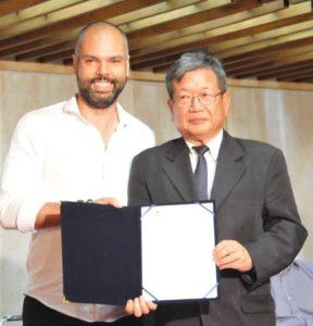 (左から)コバス市長と山田県連会長