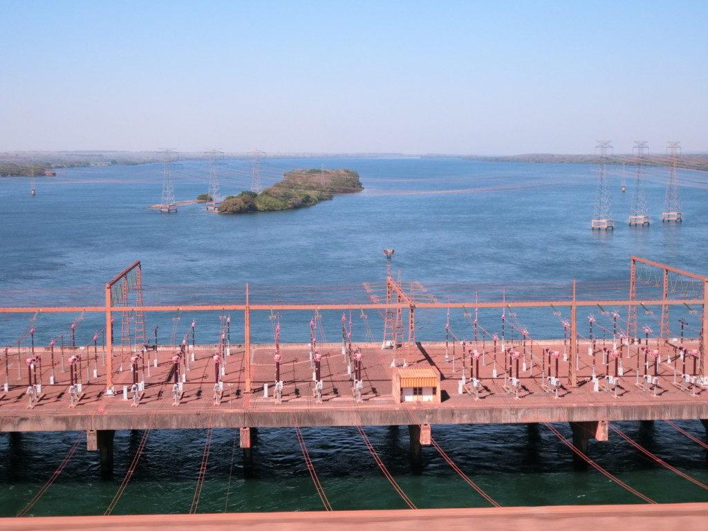 パラナ川に浮かぶイーリャ・ソウテイラ