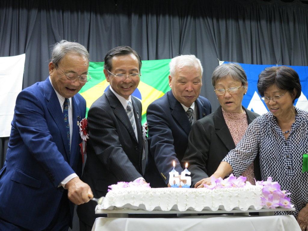 祝賀ケーキのカットを行う小野県議会副議長、若松副知事、篠原会長、寒河江まりえ婦人部長、塩野成子婦人部副部長(左から)
