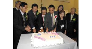県人会の節目を祝いケーキカット