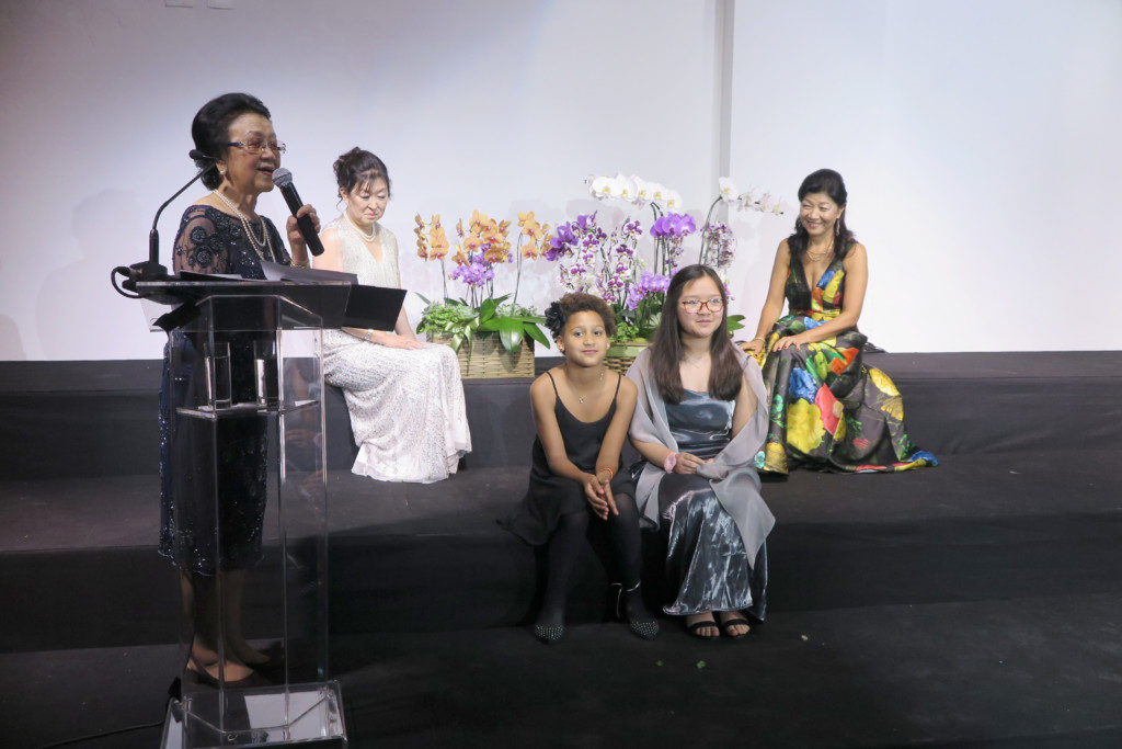 真由美校長(右)と永実副校長(左から2人目)に蘭を贈った真倫子さん(左)