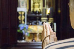 ご先祖様にお祈りを捧げる様子