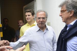 ボウソナロ氏の経済政策ブレーンとされているゲデス氏(中央)だが…(Fernando Frazao/Agencia Brasil)