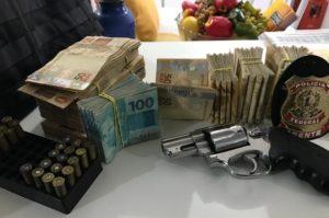 押収された現金や連発銃(PF/Divulgação)