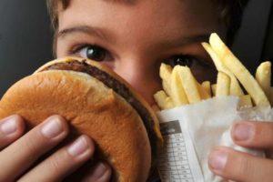 加工食品やファストフードを食す青少年は増えている(Marcello Casal Jr./Agência Brasil)