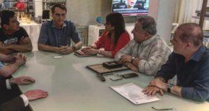17日、チリのピノチェ独裁政権擁護の政治家たちと会談するボウソナロ氏(@jairbolsonaro)