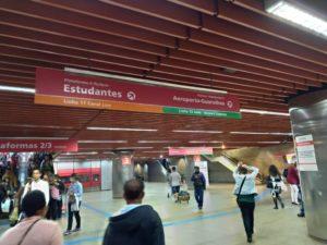 向って右奥。エストゥダンテス行きとグアルーリョス空港行きの電車は同じプラットフォームに