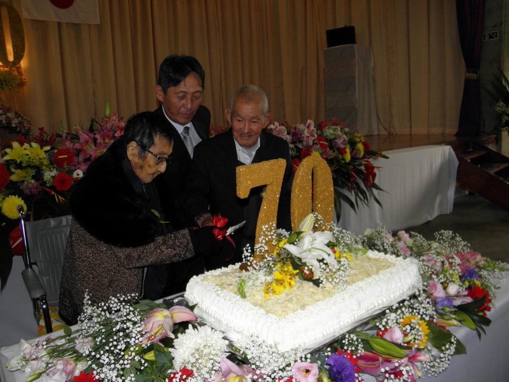 高木さん、前田会長、荻野さんでケーキカット