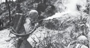 火炎放射器で洞窟の日本軍を攻撃する米兵