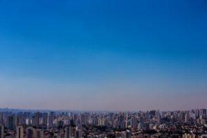 大気汚染の影響で灰色に見えるサンパウロ市の上空(参考映像、Rafael Neddermeyer/Fotos Públicas)