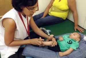 レシフェ市にある障がい児支援協会で小頭症児向けの運動のさせ方を指導する理学療法士(Sumaia Villela/Agência Brasil)